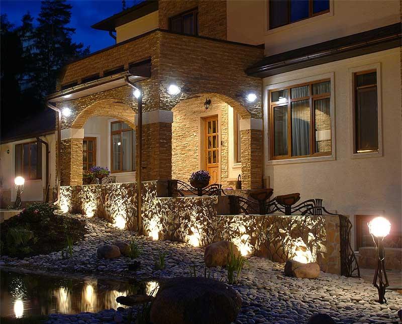 Фасадное освещение загородного дома, подсветка фасада ...
